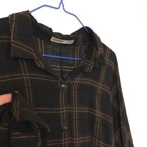 Let og lækker ternet oversize skjortekjole med trekvarte ærmer og opsmøg. Viskose. Bytter ikke.