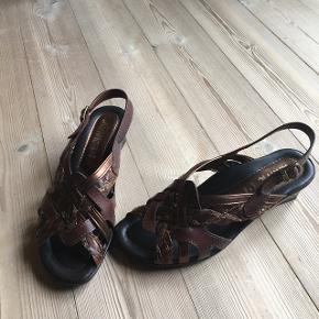 Sandal med lille hæl. Mærket er Arriva fra Italien.