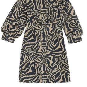 Jeg sælger min smukke Ganni Printed Cotton Poplin dress, i str. 38. Den fremstår som ny, da den kun har været brugt 1 gang. Np er 1600 kr. Sælger hvis det rette bud kommer, men i er velkommen til at byde på den.😁