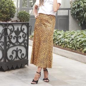 Fin satin nederdel fra & Other Stories i leopard print. Nederdelen lynes i siden
