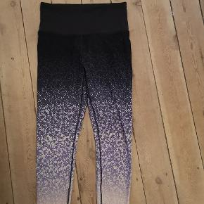 Tights fra H&M brugt en enkelt gang til yoga - meget høj talje men så fine i mønstret. Ikke gennemsigtige :-)