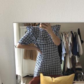 Denne skønne kjole fra NA-KD er kun brugt en enkelt gang. Kjolen er en størrelse 36. Jeg mener, at den oprindelige pris var omkring 400 kr.