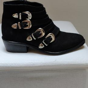 Virkelig flotte og anvendelige støvler fra AMUST med fede detaljer. Helt nye.