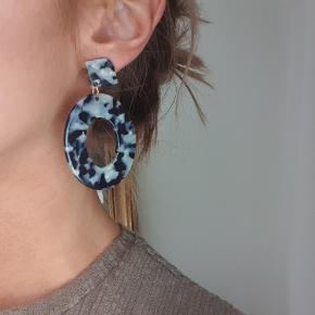 Flotte øreringe brugt en gang, fremstår flotte og næsten som nye - er afsprittet efter brug  de sælges for 65kr kan sendes med alm. brev porto for 10kr eller med DAO for 33kr