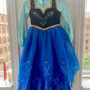 Disney store Anna frost kjole 128  -fast pris -køb 4 annoncer og den billigste er gratis - kan afhentes på Mimersgade 111. Kbh n - sender gerne hvis du betaler Porto - mødes ikke andre steder - bytter ikke