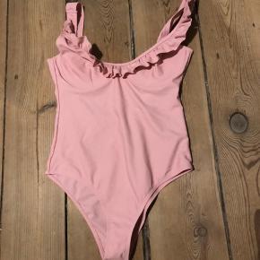 Sødeste badedragt med flæser. Cup Frill Swimsuit. I den dejligste lyserøde farve. Brugt en gang, fremstår som ny. Må nok bare erkende at den er lige til den lille side til mig. Passes af en str. XS - S.   #Secondchancesummer