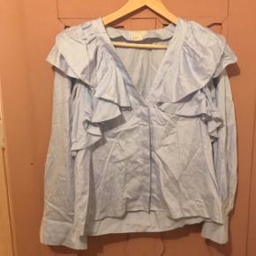 Skjorte med detaljer ved ærmerne. Har været brugt lidt, hvilket også kan ses en smule. Skriv for mere info🦋