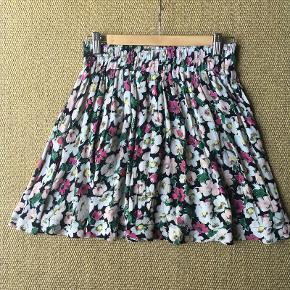 Sød, blomstret nederdel fra Ganni i størrelse small, 100% viskose.  Nederdelen har elastik i taljen og lommer i siderne. Er kun brugt få gange.  Sælger for 350 kr. plus fragt.