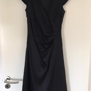 Smuk kjole med lidt fold på maven😊 brugt få gange. Fejler intet
