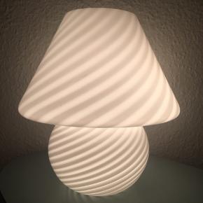 Murano swirl lampe i hvid glas. Højde 27 centimeter.