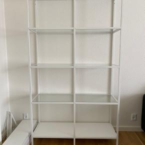 Vittsjö reol fra Ikea i hvid.  Bredde: 40 cm, dybde 36 cm og højde 175 cm. Pæn og velholdt og fra ikke ryger hjem. Befinder sig i Skalborg.  400kr