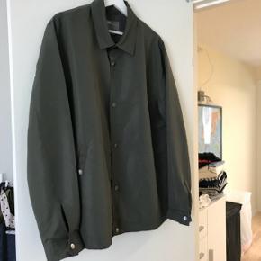 En L men meget stor i det Derfor sat som XL Prisen er fast inkluderet fragt!! Tynd jakke - army grøn