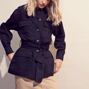 Obs! Sælger den i sort! Billedet af den lyse er blot for at vise hvordan den sidder på.   Enlisbon jacket str M. Kun brugt 2 gange.