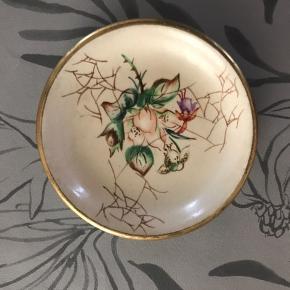 Smukt lille bitte rundt keramikfad (8 cm i diameter) til fx thebreve fra Ellen Henriksen, Lyngby KBH.