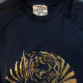Fin sweatshirt uden nogle brugsmærker Der er ikke størrelses mærkat i, men er selv en størrelse s, og den har et fint fit
