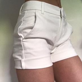 Super søde sommer shorts i str 32. 🌟  Kontakt mig gerne😊  Tjek min shop. Jeg sælger både mærkevarer og mærker som H&M, Brandy Melville og Topshop. Kig endelig ind!