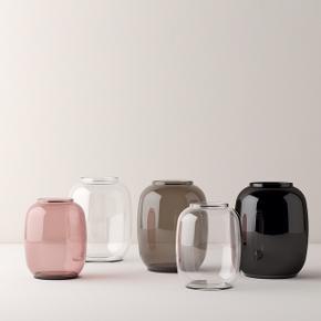 Form 140 vase fra Lyngby Porcelæn. Nypris: 500,- Højde: 16 cm. Materiale: Mundblæst glas. Farve: sort.