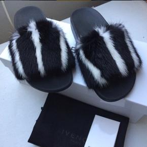 Sælger mine Givenchy mink pels sandaler/slippers/klipklapper i str. 38. De er kun prøvet på indendøre - derfor helt nye! Prisen er fast og jeg kan mødes i indre Kbh og handle :-) Np var 3550 kr. (Købt i Kassandra)  Sælges for 2800 kr!