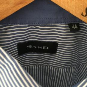 Blå-stribet SAND skjorte. Brugt meget lidt