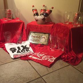Coca cola stor glas 30 kr. PR. STK.  Kan give rabat ved køb af over 6 stk. Aldrig brugt.  T-sirts ( rød str. M) 350 kr. Aldrig brugt  T-sirts ( hvid str. M) 250 kr. Aldrig brugt.     Coca cola spejl 400kr.    Coca colaerne, skål og isterningerne 😭 med følger ikke.  Har også Carlsberg, Tuborg glas i forskellige størrelser og andre Carlsberg ting hvis der er interesse.