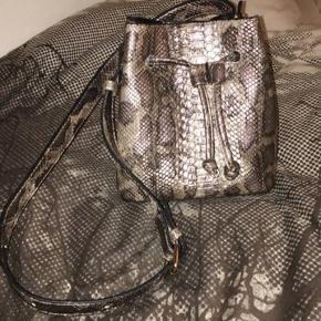Na-kd  Mærke: trendyol  Udsolgt Snakeskin crossbody taske. Ingen bytte