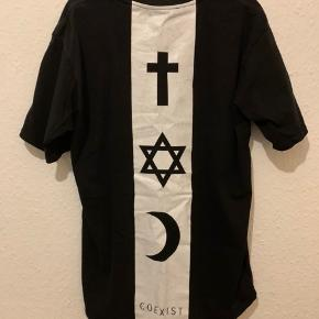 Fed t-shirt fra Defend Paris med print på front og bagside. T-shirten er svær at få fat i.  #trendsalesfund