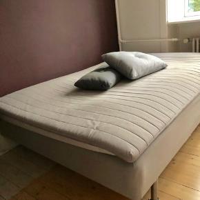 Tre-kvart seng sælges billigt. Afhentning hurtigt muligt. Kan leveres mandag d. 25/11 for 50kr.