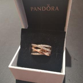 Min pandora galoxy ring i 14 karat forgyldt rosegold str 56  Brugt men stadig meget smuk og skindene.