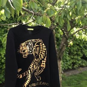 Hey sælger denne mega fede Versace trøje, som er perfekt til de kolde sommeraftner. Cond 9-9.5 - vasket 2-3 gange NP - ca. 1400,- MP - 550,- Fitter 165-178 cm. Fragt finder vi ud af, selvfølgelig track&trace