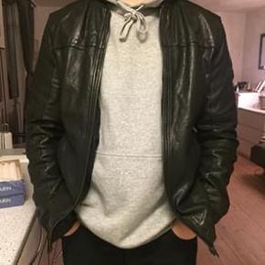Jeg sælger denne læderjakke fra Jack & Jones.   Det er en str. XL - på billederne sidder jakken på mig, som normalt bruger størrelse L.   Den er købt for et par år siden, men er aldrig brugt.   Pris fra ny: 1600kr