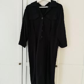 Sort pieces kjole, med bindebånd i taljen Næsten ikke brugt Kan hentes i 2300