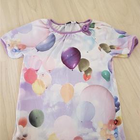 Varetype: Ballon T-shirtFarve: Se foto  Sælger denne T-shirt med balloner fra Molo  Den er brugt, men fejler intet.  Kommer fra ikke-ryger hjem   Str 128   Handler gerne via mobile pay eller Ts  Bytter ikke