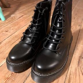 Dr Martens look-alike støvler. Ubrugte og i perfekt stand. Perfekte til efterårslooket
