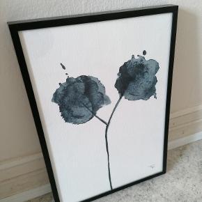 Original 'Flora Blue' akvarel/kunsttryk af  Trines Holbæk Designs.  Signeret.  Format: A4 Syrefrit, mat kvalitetspapir, der gør at farverne ikke falmer, hvis det udsættes for sollys. Rammen medfølger ikke.  Kan afhentes i Esbjerg eller sendes.  Angivet pris er excl. fragt.