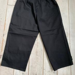 3/4 sorte bukser str L. De er købt hos LikeLondon og stadig med prismærke på. De er lidt brede i benene.