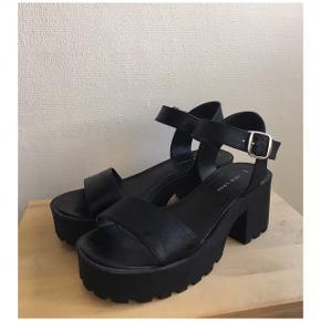 Sælger disse højhælede sandaler fra New Look i str 38. Jeg har selv brugt dem en del, dette kan ses på spænderne, samt en smule nede i selve sandalen, dog ikke noget der bemærkes når de er på. Der er stadig kilometer i dem 👡. De er super behagelige at have på.