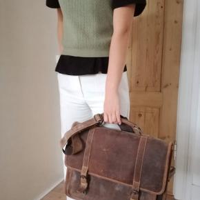 """Flot retro computer/skoletaske fra Gusti Læder, i modellen Elmar 🌸  Den er lavet af bøffellæder og er derfor af rigtig god kvalitet. Kan indeholde op til en 15"""" laptop. Der er et navneskilt med indgraveret navn inde i tasken, derfor den billige pris.  Nypris: 1.119 kr  BYD ✨✨  Længde: 40cm Brede: 12 cm Højde: 30 cm"""