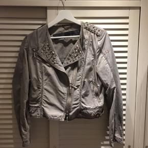 Lækker, lækker jakke med nitter og andre detaljer fra AIRFIELD. Fejler absolut intet og sælges til en mega god pris,
