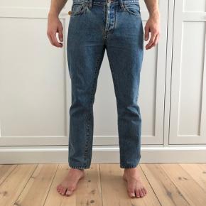 HAN Kjøbenhavn jeans. Regular fit.  STR 30/32, langt op til længde ca. 30.  Lille plet bagpå det ene bukseben - kan sende billede.  300 DKK, køber betaler fragt.