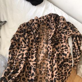 Leopard skjorte  Str s  Fragt koster 39kr