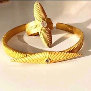 Sælger denne ring fra enten Design by Si eller Copenhagen no. 9. Det er enten str. 53 eller 54. Ringen er stemplet 925, så det er forgyldt sterling sølv. Sættet blev købt i Illums Bolighus til en samlet pris på 1200,-  Kan købes seperat eller samlet