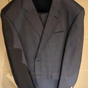 Bukser størrelse 50 / jakke størrelse 52  Super flot jakkesæt, som har fået mange positive bemærkninger med på vejen til diverse forår og sommer bryllupper. Sælges da jeg er gået et par størrelse ned. Stand 8/10 Som ny.