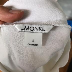 Lækker silketop i hvid i str S fra Monki. Er i størrelse S og er kun brugt få gange, og er i god stand.   Skriv endelig ved interesse eller spørgsmål