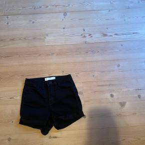 Hej☺️ Sælger de her shorts fra Pieces. Jeg er ret sikker på det er en xxs-xs. Uden huller eller pletter.