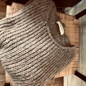 Lækker sweater fra American Vintage i beige i Alpaca, Merino uld og polyamid. One Size MP 600,- PP