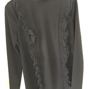 Super sød kjole med flæser fra Zara i str. S. Aldrig brugt!  Kan afhentes i Mørkhøj eller sendes med DAO for 38 kr. 🌻