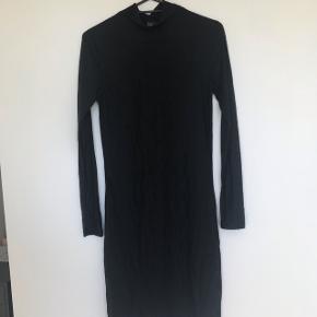Fin og detaljeret kjole  - kun brugt en gang, fremstår derfor i rigtig god stand.   størrelse S/m