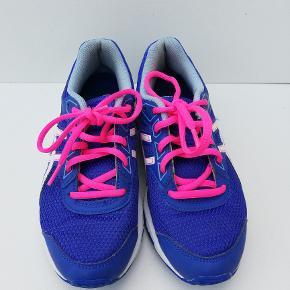 Asics Gel Galaxy 9 C626N sneakers Str. 35  Blå/Pink Indvendigt mål: 22 cm  Brugt 2 gange - flot stand  Pris: 175,- plus porto  Fast pris (nypris 500kr) Sender med DAO