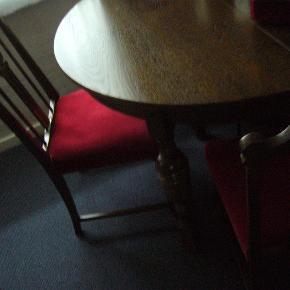 Antikt bord med 3 plader og 6 flotte stole. 114 cm. bredt.