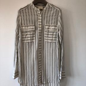 Længere skjorte fra Heartmade. Det er en str. 36, da jeg synes den er en smule stor i str. - er normalt en 38! Den er længere bagpå end foran. Jeg købte den for 1499
